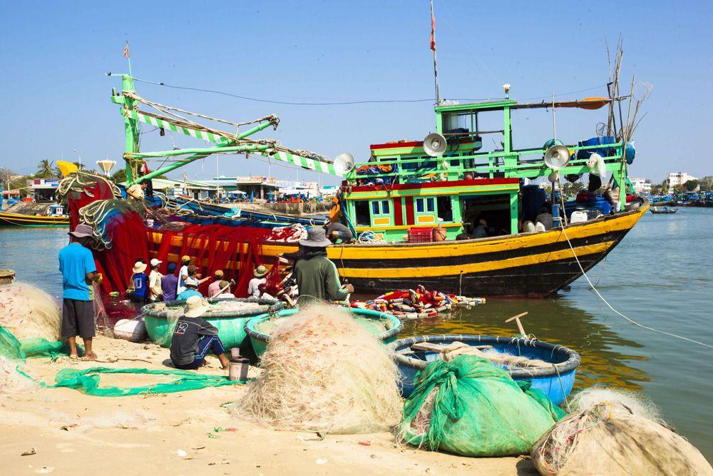 Ngư dân địa phương vá lưới