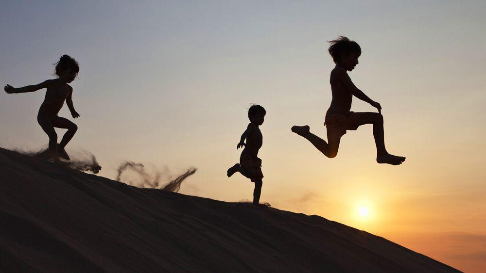 Trẻ em vui đùa trên đồi cát Mũi Né